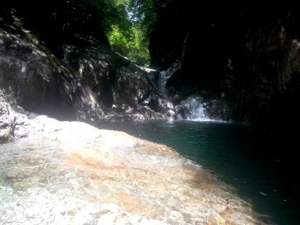 今回は奥の斜4m滝まで行った。 蛇がいたんだけど、ひでぶーさんが水ぶっかけて横のラインまで持っていき、スライダーする