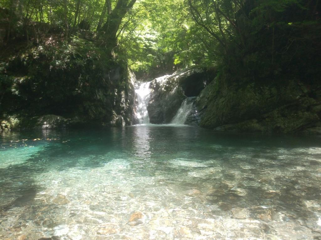 釜滝に到着。この滝はやっぱ素晴らしい。 前回はここで食事したけど、人が多くなるので、今回はもう一つ上の滝前ですることにした
