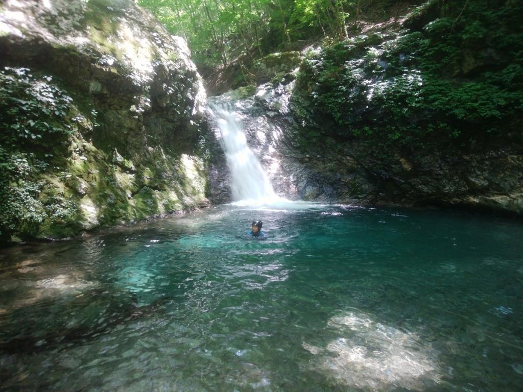 釜滝の上にあるもう一つの滝。陽が当たらず薄暗いので、かなり水温は低いはずだけど、それでも泳ぐ田村君。